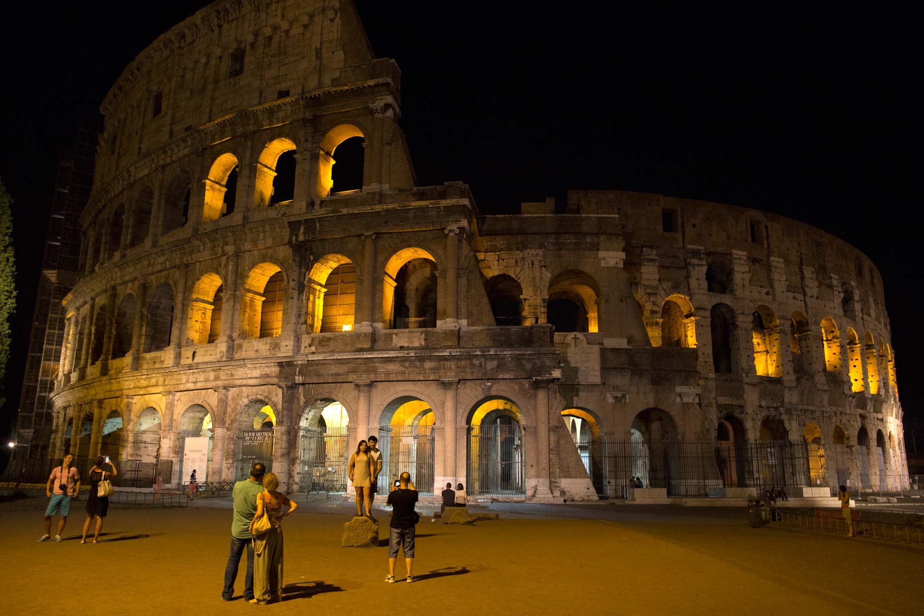 Italy-Rome-piazza-del-colleseum-night