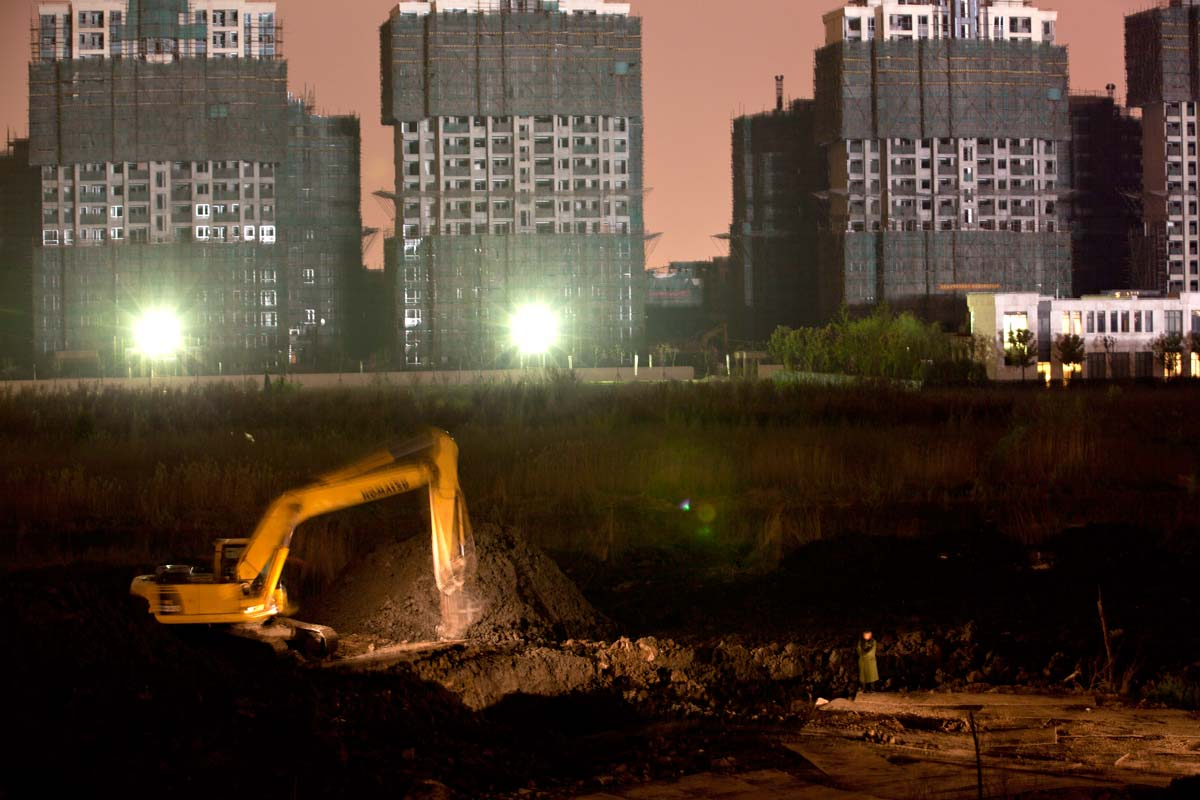 Shanghai_burbs_night-workers.jpg